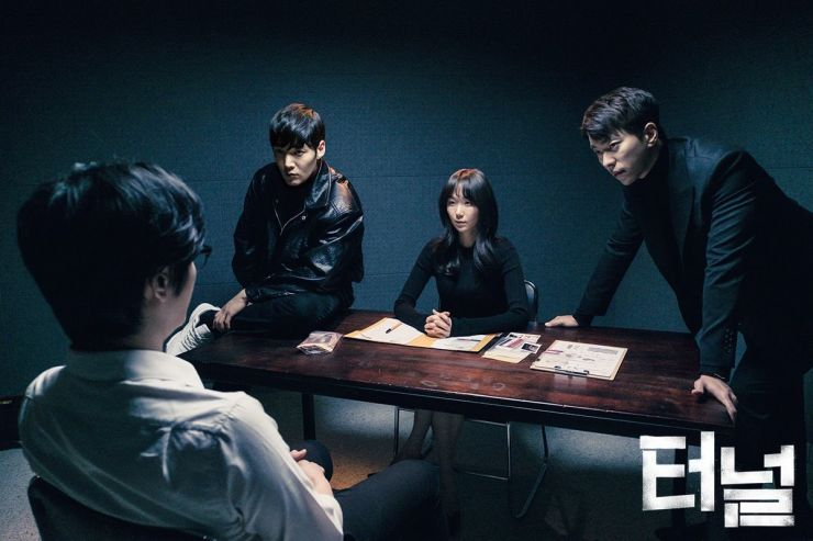 Drama Korea - Tunnel (2017)