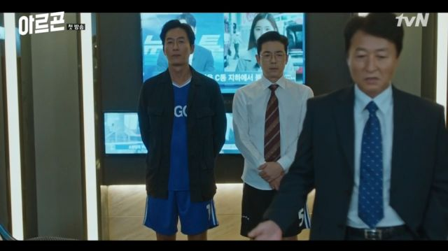 Baek-jin and Myeong-ho being told off for losing a scoop