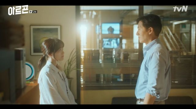 Yeon-hwa and Baek-jin making an agreement