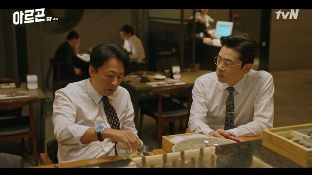 Myeong-ho and Tae-seop conspiring