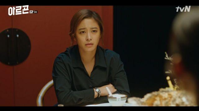 Hye-ri being told to take a fall