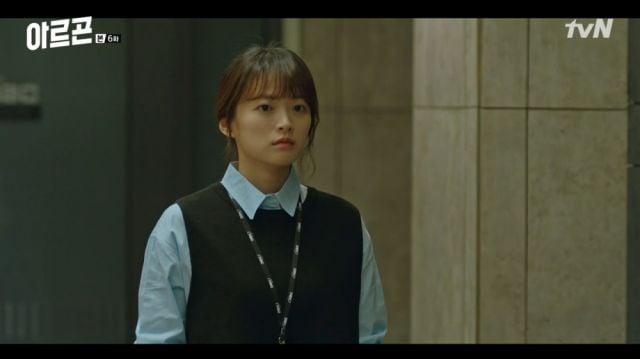 Yeon-hwa looking at Baek-jin leaving