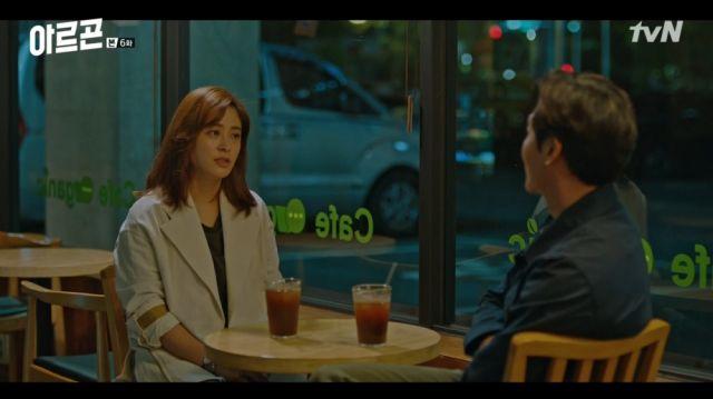 Hye-ri and Baek-jin having a chat