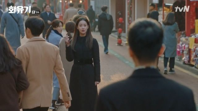Seon-mi holding to a ringing Saryeong