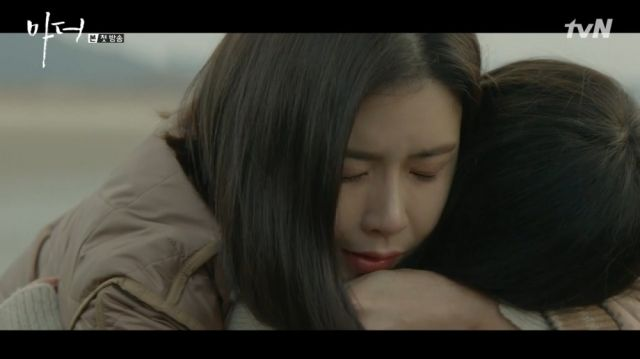 Soo-jin hugging Hye-na at the beach