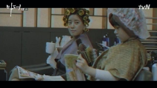Yeong-sin happily looking at Soo-jin