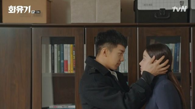 Oh-gong surprising Seon-mi with kisses