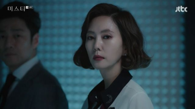Hye-ran leaving with Tae-wook as her attorney