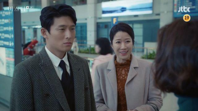 Jae-yeong and Eun-joo meet Hye-ran at the airport