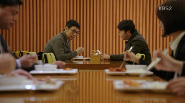 Ji-seung and Wan-seung having a meal