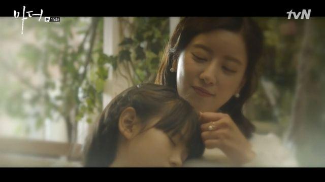 Yeong-sin holding Soo-jin