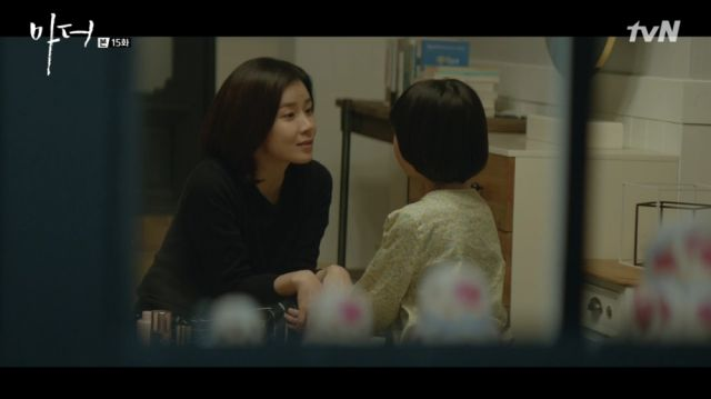 Soo-jin explaining the situation to Hye-na