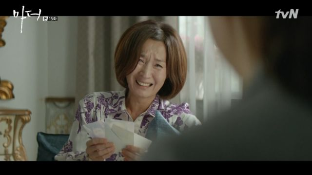 Yeong-sin crying when she sees Soo-jin's baby photos