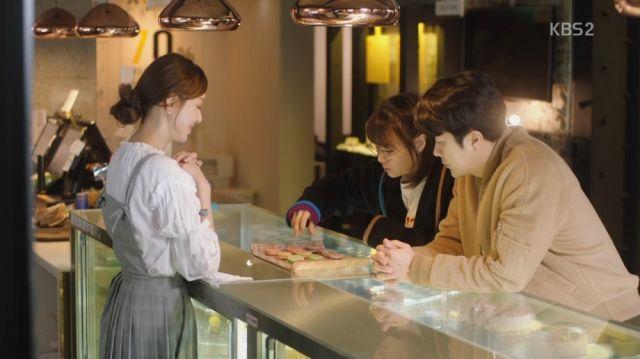 Seol-ok tasting Hee-yeon's macarons