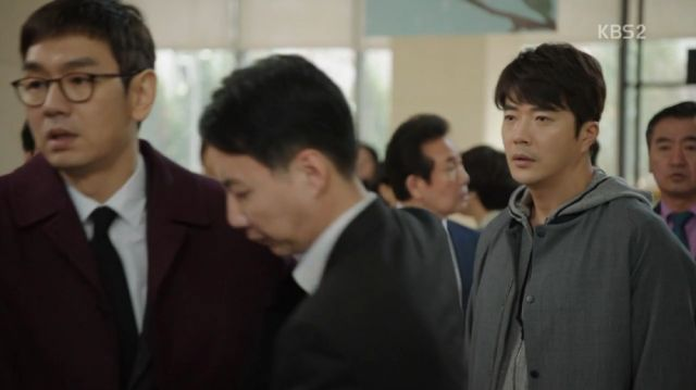 Ji-seung being arrested in front of his brother