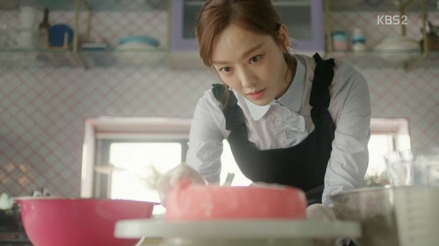 Hee-yeon making a special cake