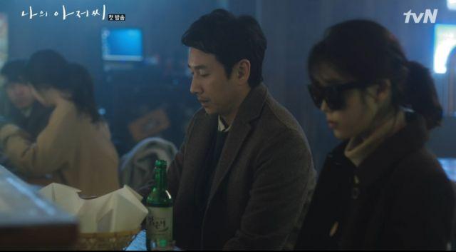 Dong-hoon and Ji-an having a drink