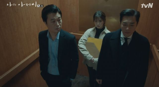 Ji-an sharing an elevator with the bosses