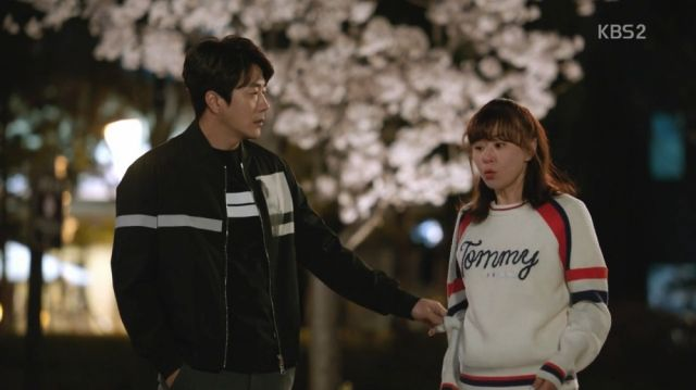 Wan-seung and Seol-ok out on a walk